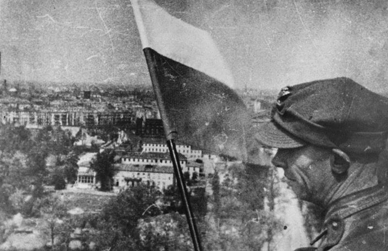 the polish flag flying in berlin during ww2